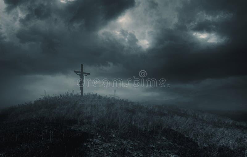 Jesus auf dem Kreuz mit Dunkelheit stockfotografie