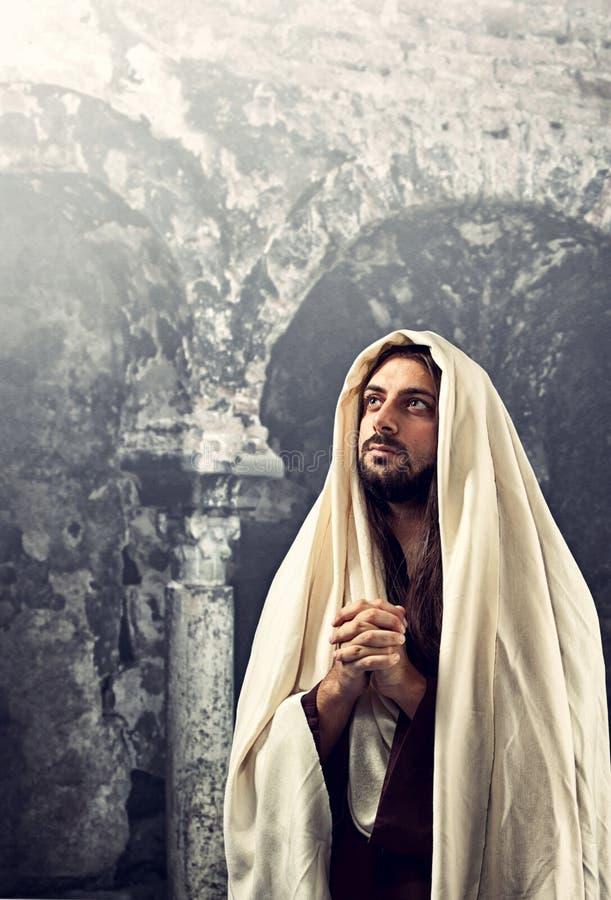 Jesus Christ bidt met clasped handen royalty-vrije stock afbeelding