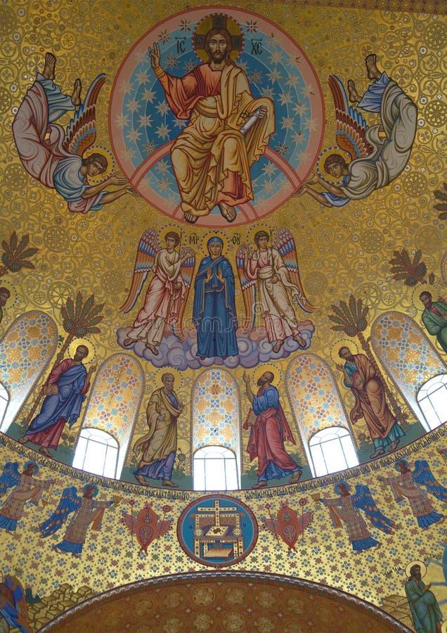 Jesus Christ con arcángeles y apóstoles Fragmento de la pintura de la bóveda principal de la catedral de San Nicolás en Kronstadt imagen de archivo libre de regalías