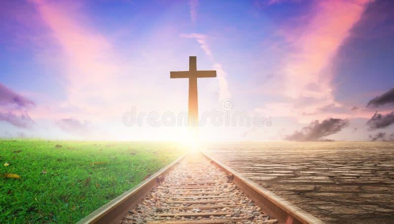 Jesus Christ Cross Concept: Cruz en fondo ferroviario de la puesta del sol imagen de archivo libre de regalías