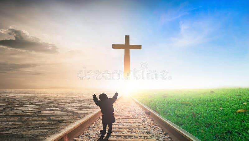 Jesus Christ Cross Concept: Cruz en fondo ferroviario de la puesta del sol foto de archivo
