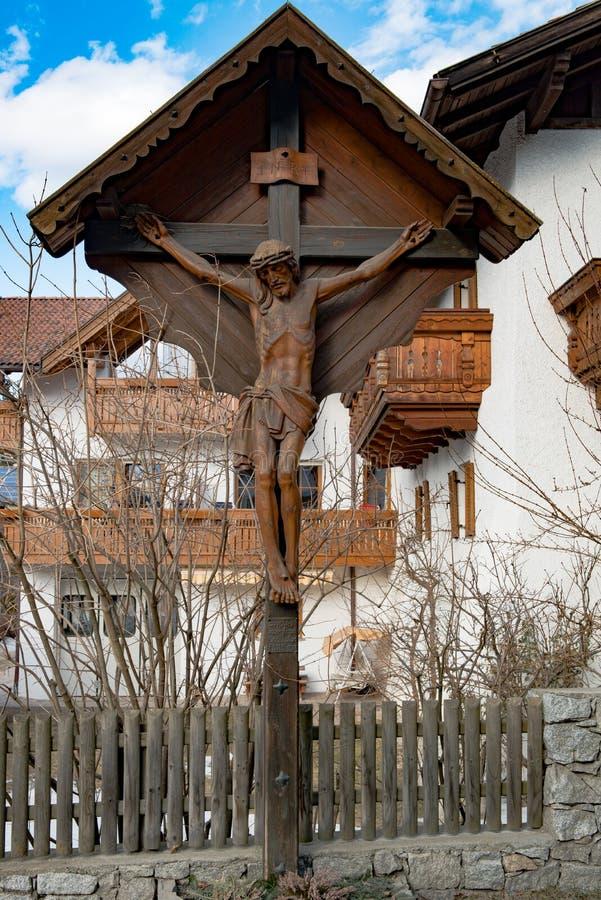 Jesus Christ a crucifié sur la croix en bois de bord de la route, Tyrol du sud, Italie image stock