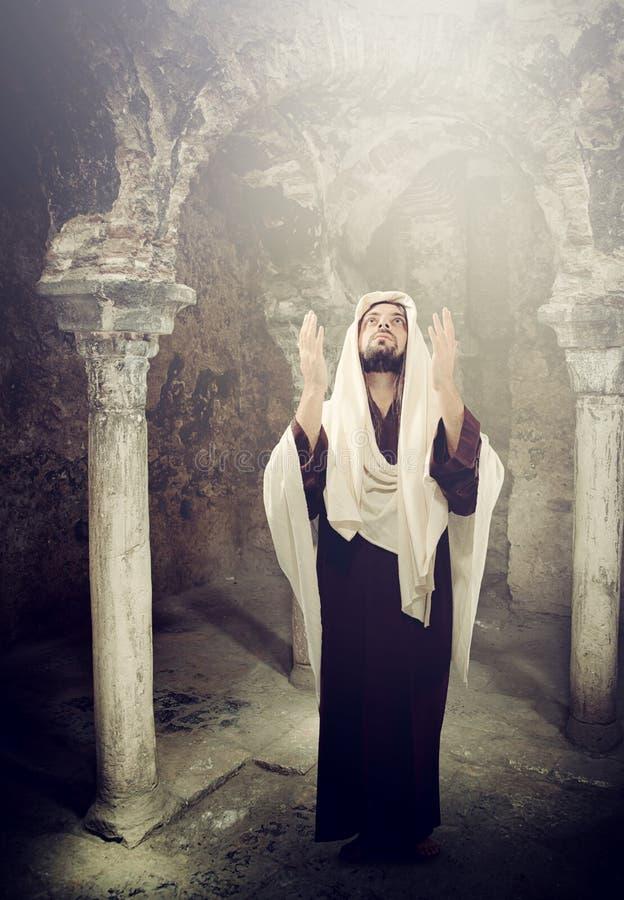 Jesus Christ die omhoog aan hemel kijken stock foto
