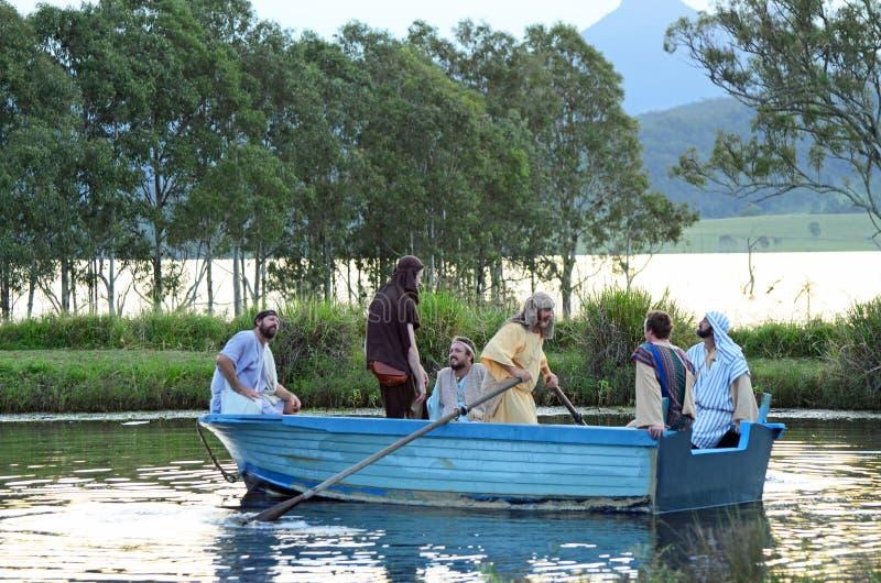 Jesus Christ-discipelen die in boot op rivier in levend spel handelen stock afbeelding