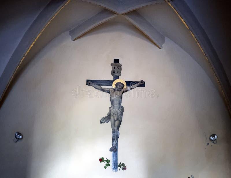 Jesus Christ en la cruz en la pared de una pequeña iglesia en Krems, Austria fotos de archivo