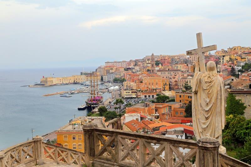 Jesus Christ hält Leidenschaftsquermarmorstatue in Gaeta stockfoto