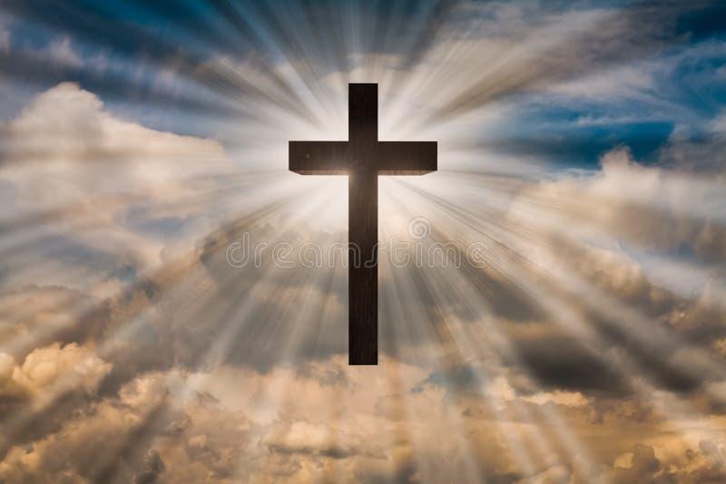 Jesus Christ-kruis op een hemel met dramatisch licht, wolken, zonnestralen Pasen, verrijzenis, het toegenomen concept van Jesus