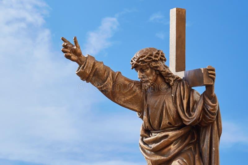 Jesus Christ met dwarsbeeldhouwwerk bij de blauwe hemel stock afbeeldingen