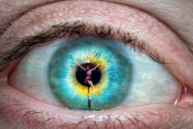 Jesus Christ op het kruis in het oog wordt weerspiegeld dat stock afbeeldingen