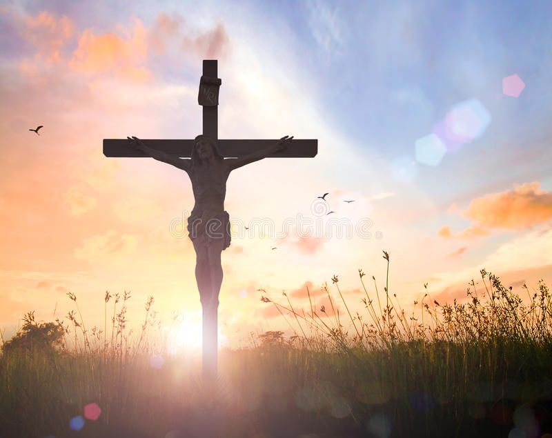 Jesus Christ op het kruis op zonsondergang stock afbeeldingen