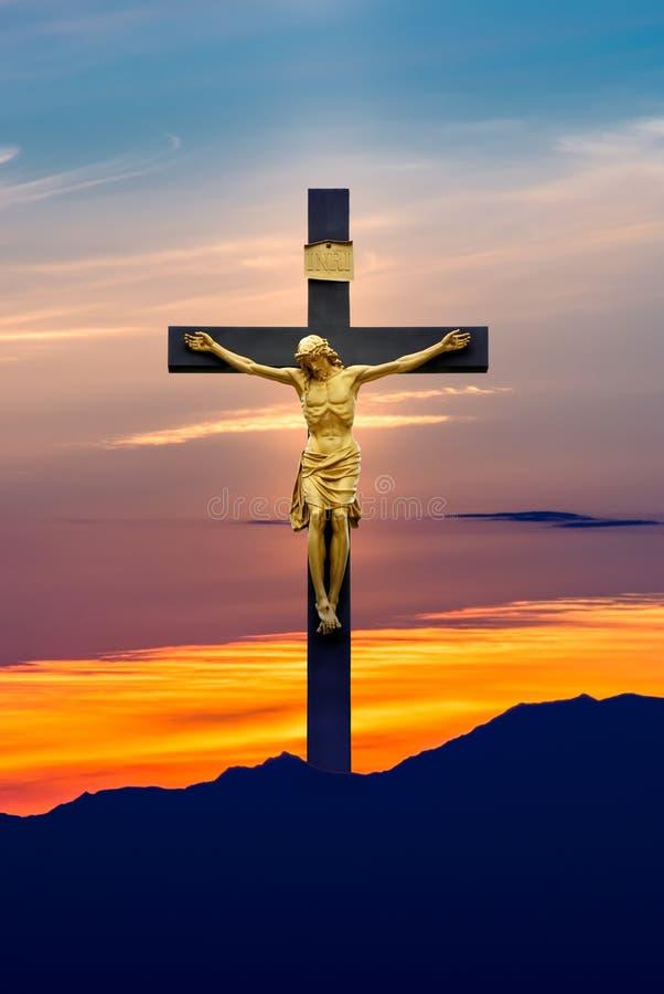 Jesus Christ på korset över himmelbakgrund royaltyfri foto
