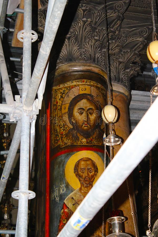 Jesus Christ på pelaren i den storartade basilikan av Christ's Kristi födelse i Betlehem arkivbilder