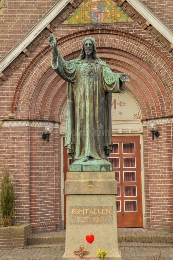 Jesus Christ Statue In Front av en kyrka kallade Schuilkerk De Förena På Diemen Nederländerna royaltyfri fotografi