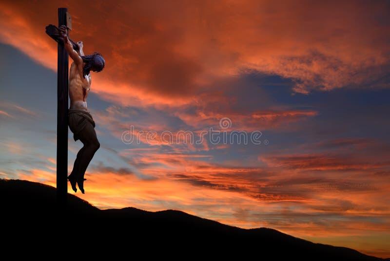 Jesus Christ staty mot morgon- eller aftonhimmelbakgrund royaltyfria bilder