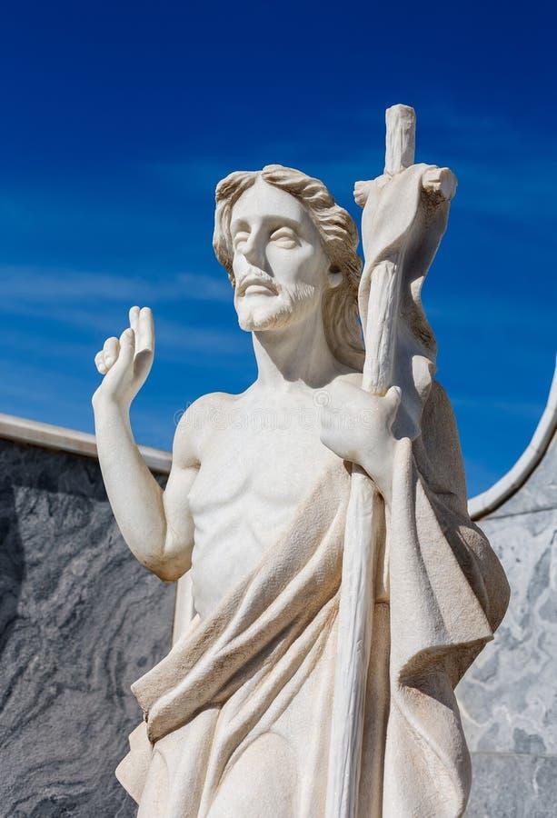 Jesus Christusstein im Kirchhof stockfotografie