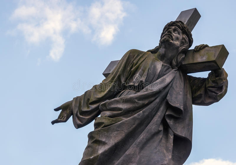 Jesus com a cruz em seu ombro cartão Espaço para o texto fotos de stock royalty free