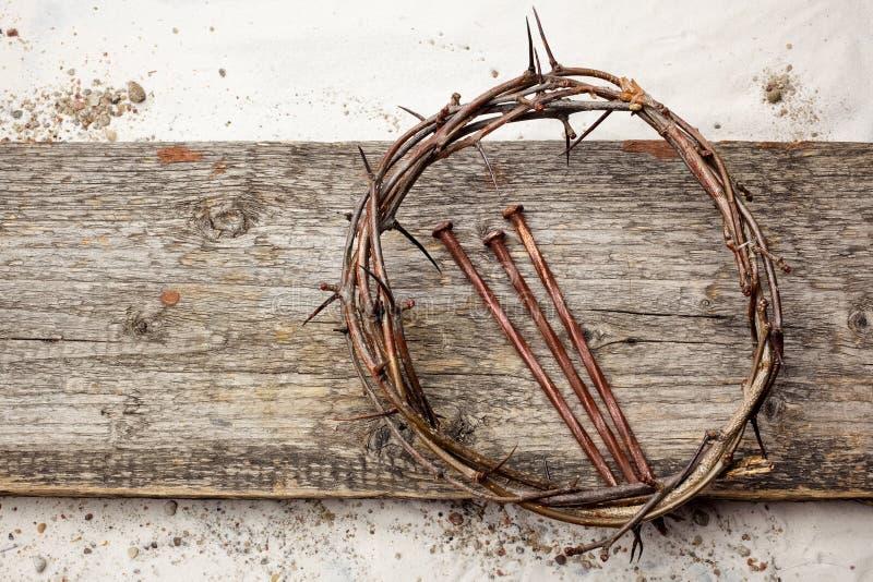 Jesus Crown Thorns en spijkers op de Oude en Houten Achtergrond van Grunge Uitstekende retro Stijl royalty-vrije stock afbeeldingen