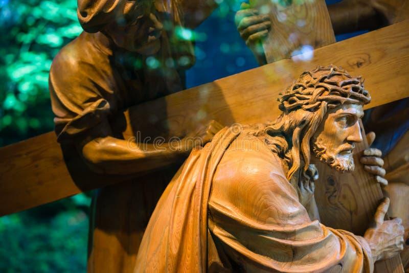 Jesus, der das Kreuz trägt lizenzfreie stockfotografie