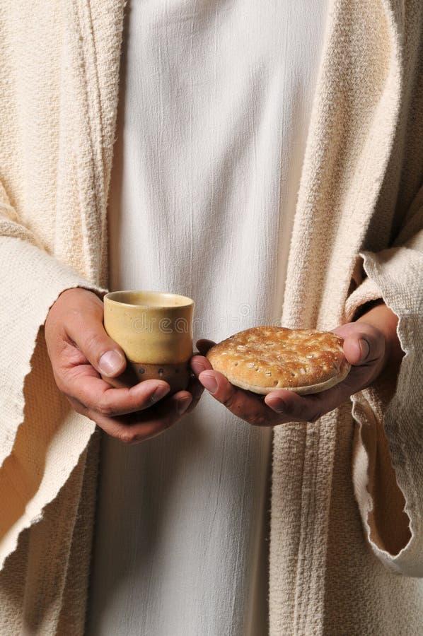 Jesus, der ein Brot und einen Wein anhält lizenzfreies stockfoto