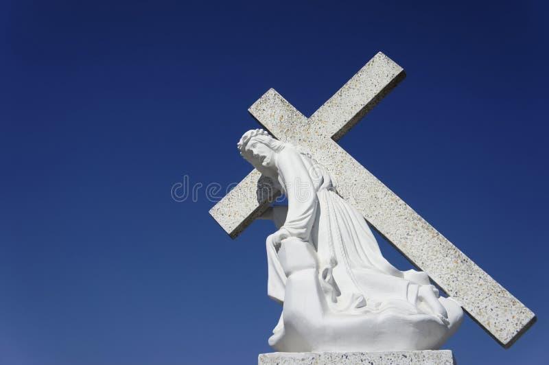 Jesus, der ein Kreuz trägt stockfoto