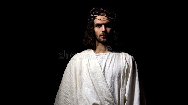 Jesus die in robe en kroon van doornen camera, Christelijk geloof, godsdienst onderzoeken royalty-vrije stock afbeelding