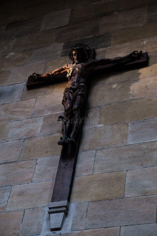 Jesus em uma cruz em uma igreja não ofuscante iluminada imagens de stock royalty free