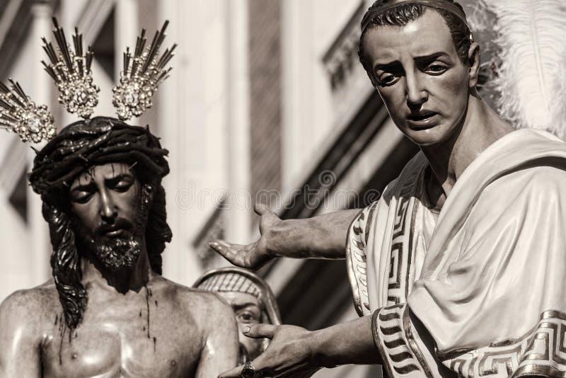 Jesus för Pilate, helig vecka i Seville, brödraskap av San Benito royaltyfria foton
