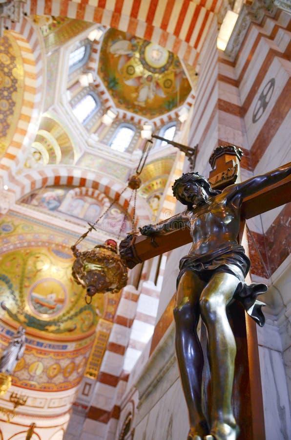 Jesus foi pregado na cruz, crucificação O interior do la garde de Notre Dame de da catedral em Marselha, França fotografia de stock royalty free