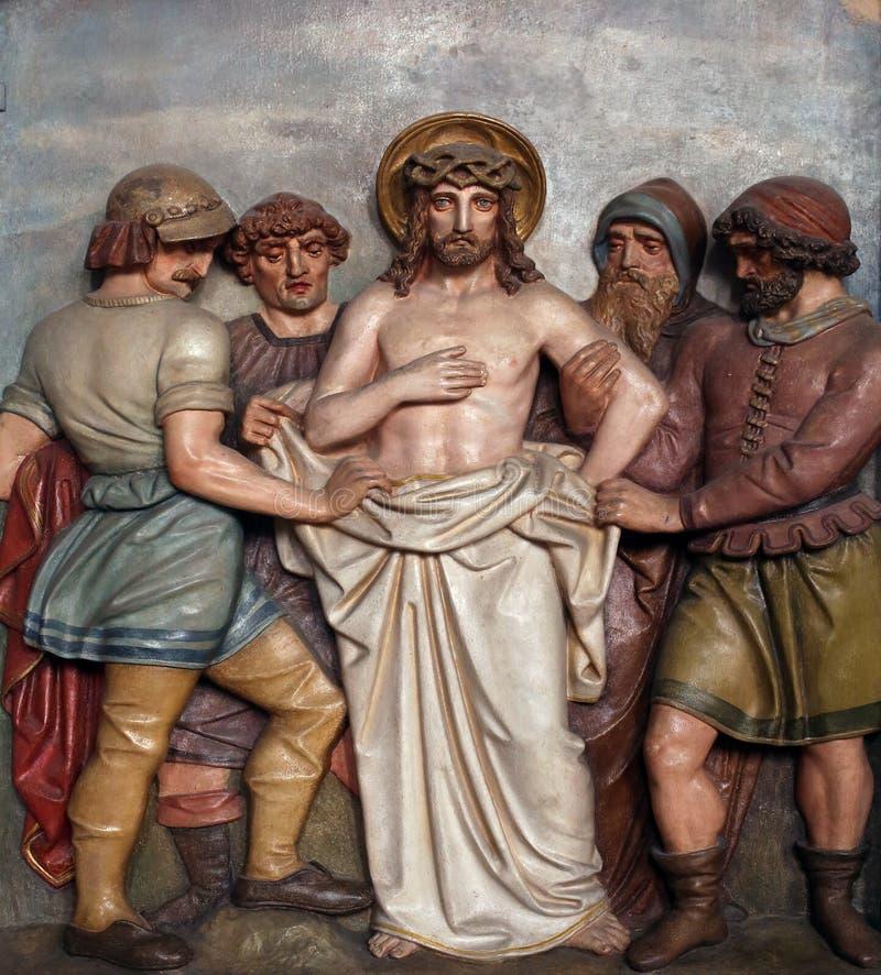 Jesus is gestript van Zijn kledingstukken, 10de Posten van het Kruis royalty-vrije stock foto