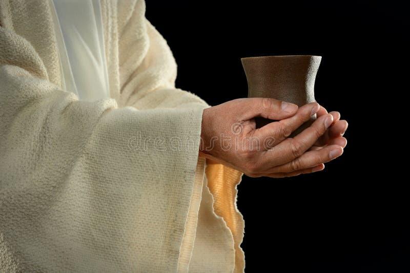 Jesus-Hände, die Cup anhalten lizenzfreies stockfoto