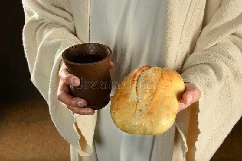 Jesus Holding Bread e vinho imagem de stock royalty free