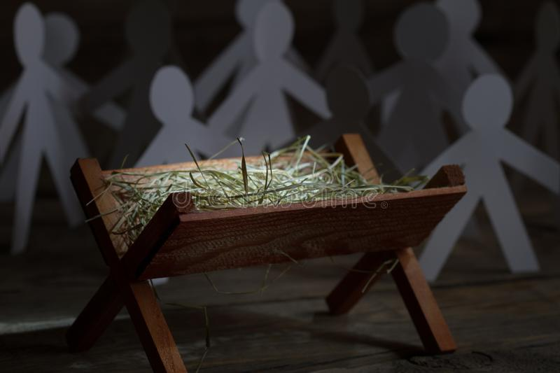 Jesus kam zu allen Menschen Geburt Jesu mit Magier- und Papiermenschen abstraktes Weihnachtssymbol lizenzfreies stockfoto