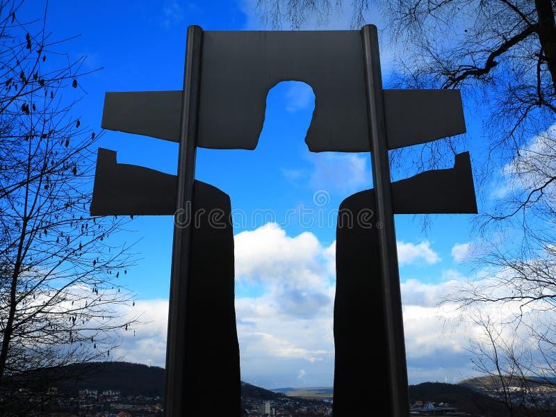 Jesus kontur i kors in mot himmel arkivfoton