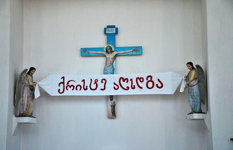 Jesus-Kreuzkreuzigung mit zwei Engeln innerhalb der katholischen Kirche Batumi Georgia lizenzfreie stockfotografie