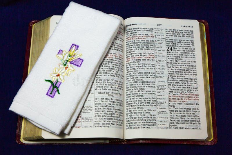 Jesus is Kruis op Bijbel toegenomen stock foto's