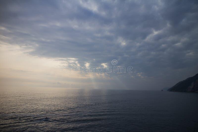Jesus-Licht durch Wolken stockbild