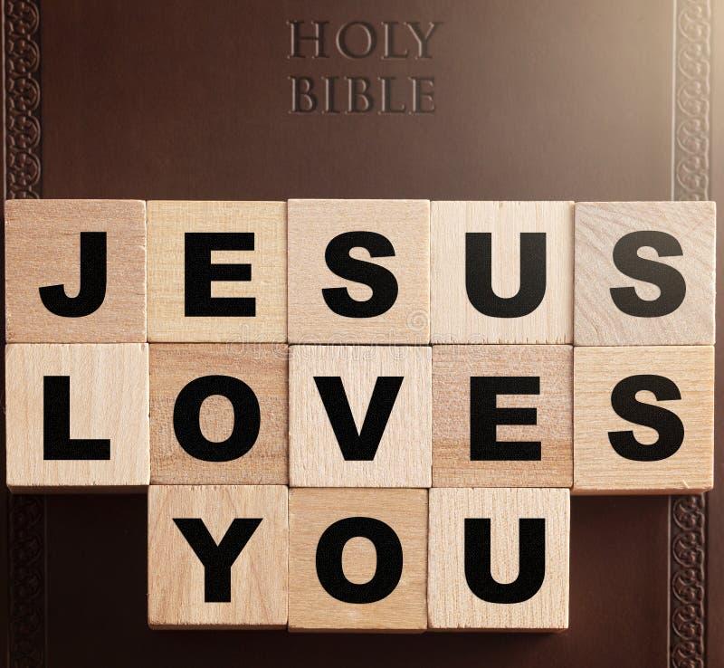 Jesus Loves You Spelled dans les blocs sur une Sainte Bible en cuir image stock