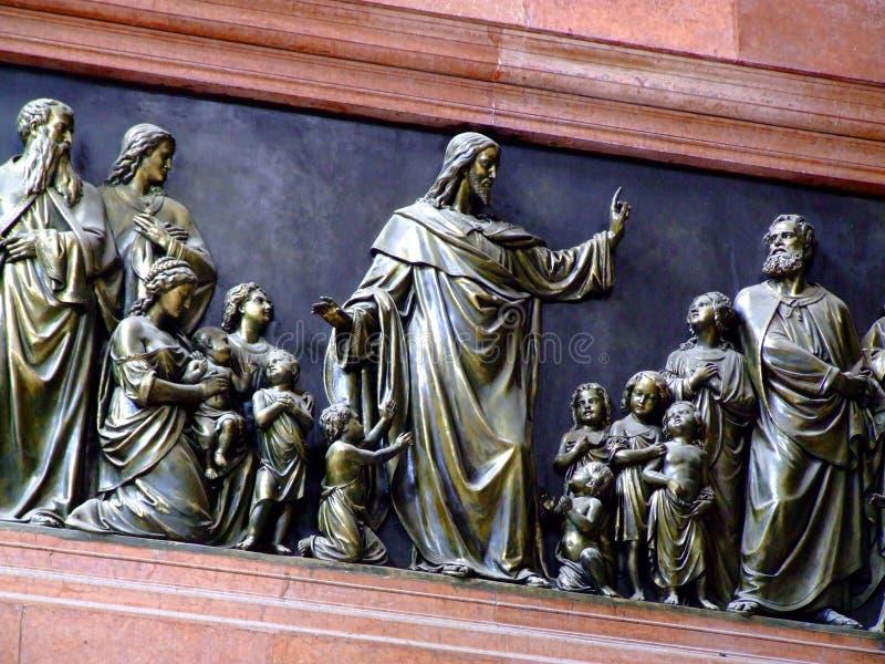 Jesus met de Hulp van het Kinderenbrons royalty-vrije stock foto's