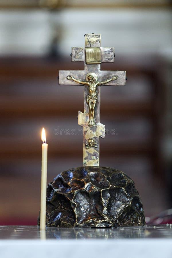 Jesus na cruz com burning da vela imagens de stock royalty free