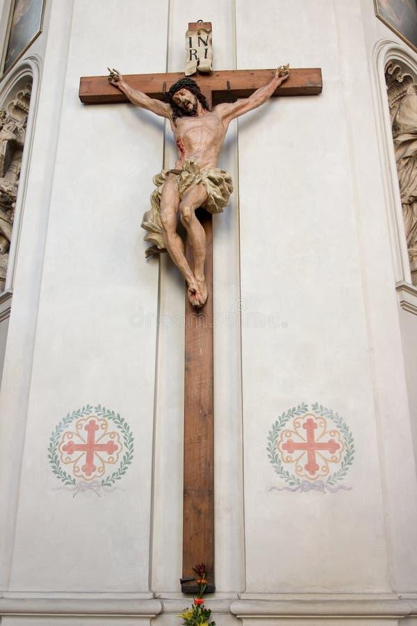 Jesus na cruz de madeira na igreja católica imagens de stock