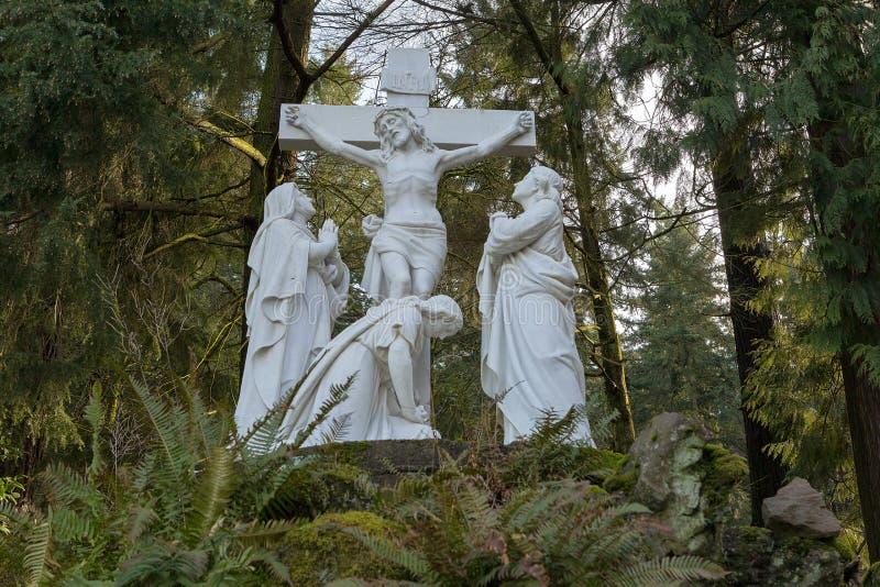 Jesus Nailed till den arga marmorstatyn royaltyfri bild