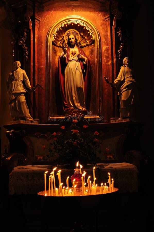 Jesus no altair, fundo religioso fotos de stock royalty free