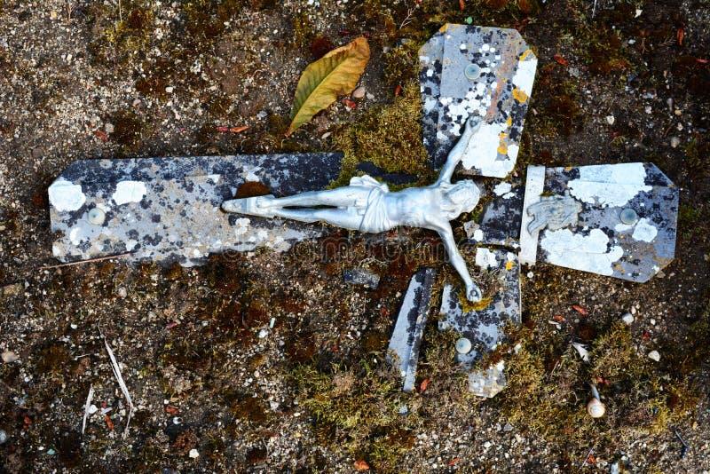 Jesus op oud en doorstaan gebroken kruis stock foto