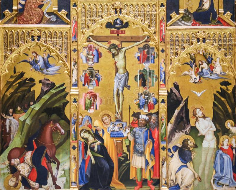 Jesus på det medeltida korset - Retable arkivfoton
