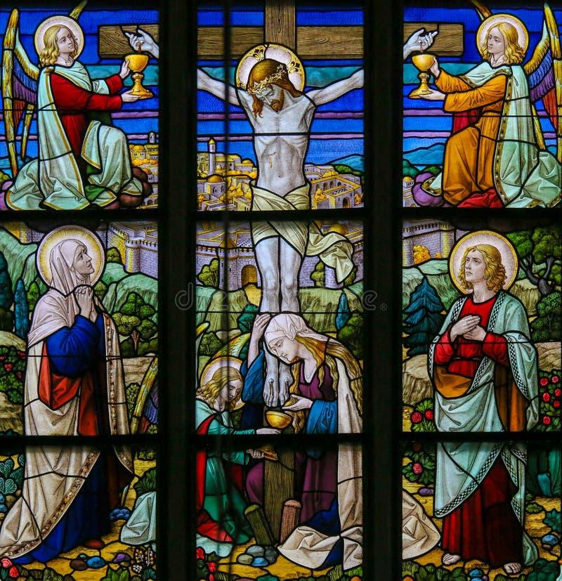 Jesus på korset - målat glass arkivbild