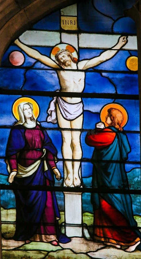Jesus på korset - målat glass i helgonet Severin Church, Paris arkivfoton