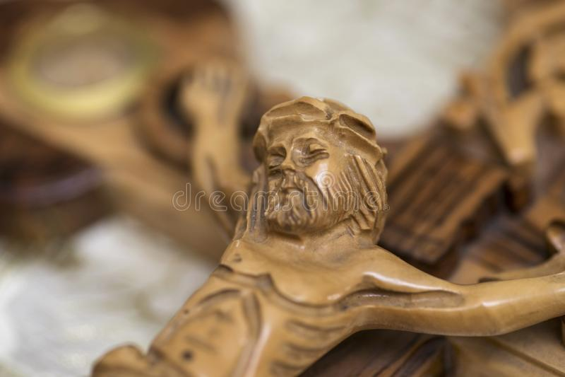 Jesus p? korset i kyrka Träkors med Jesus Christ korsfästelse arkivfoto