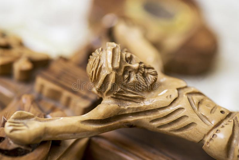 Jesus p? korset i kyrka Träkors med Jesus Christ korsfästelse arkivfoton