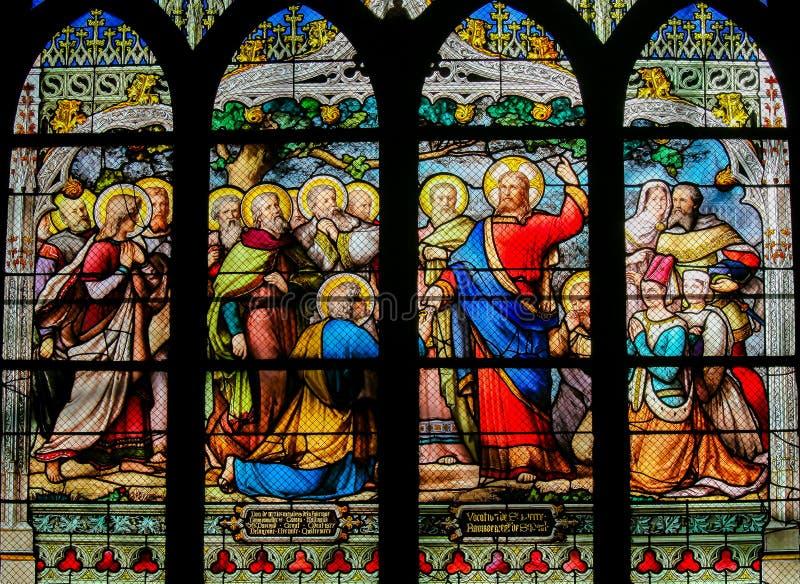 Jesus que cede as chaves ao reino dos céus a St Peter - vitral imagens de stock royalty free