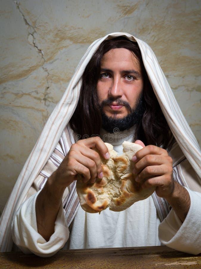 Jesus que quebra o pão imagens de stock royalty free